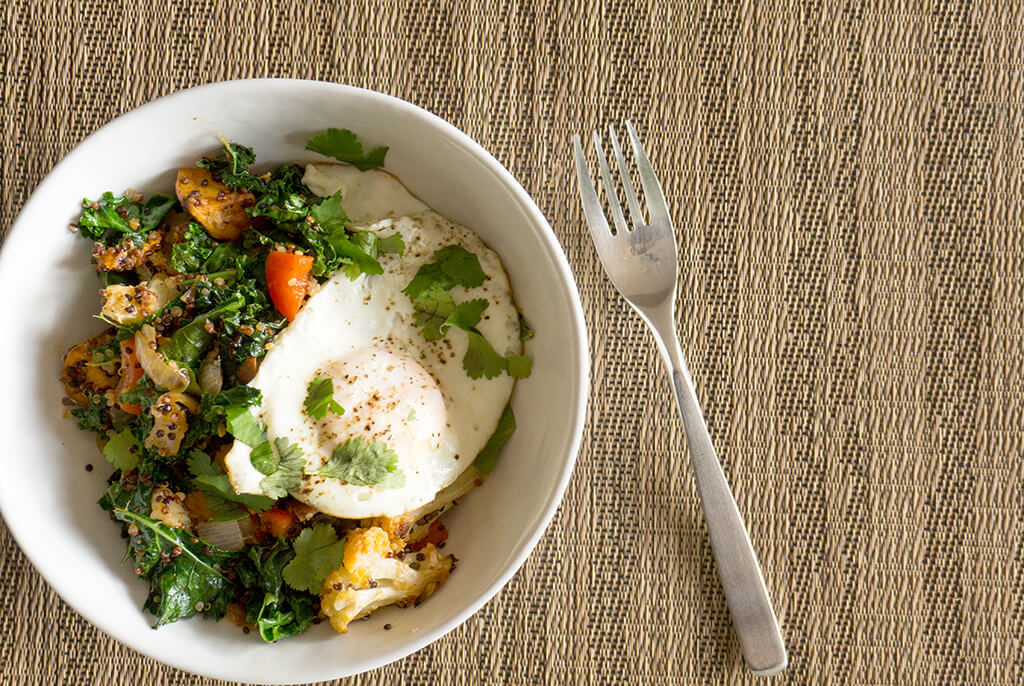 Quinoa Breakfast Hash - a super healthy dish that makes a delicious savory breakfast filled with veggies | VEGETARIAN | BREAKFAST | BRUNCH | SAVORY | HEALTHY FOOD IN BOWLS | Recipe at OatandSesame.com