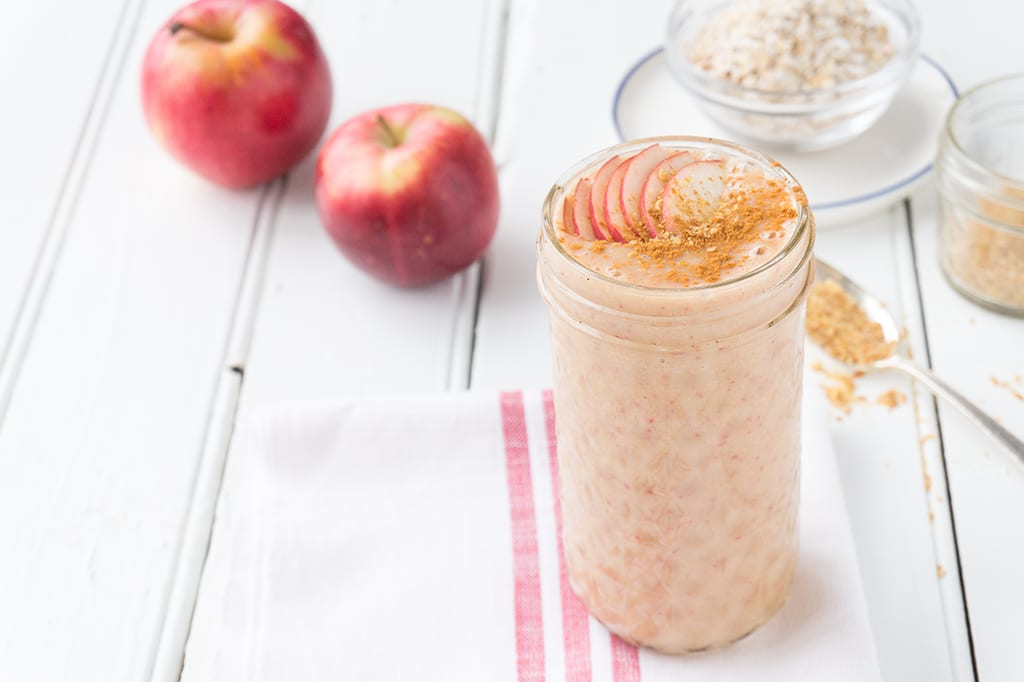 A Warm Apple Smoothie - made with oats, cider and tea. It will keep you warm and cozy for quick fall breakfasts! | SMOOTHIES | APPLES | FALL | BREAKFAST | Recipe at OatandSesame.com